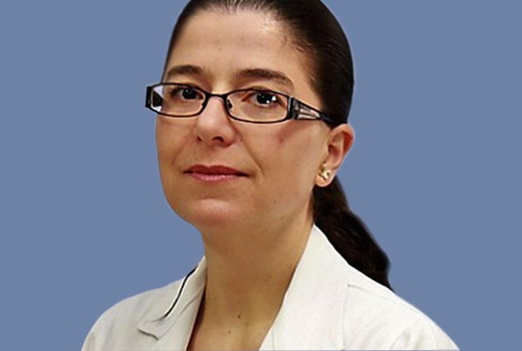 Estudió Medicina en el Instituto Tecnológico y de Estudios Superiores de Monterrey, Campus Monterrey (ITESM), la especialidad de Medicina Interna en la Fundación Clínica Médica Sur, la subespecialidad en Endocrinología en el Instituto Nacional de Ciencias Médicas y Nutrición Salvador Zubirán y el curso de alta especialidad en Diabetes y Metabolismo en esta misma Institución.